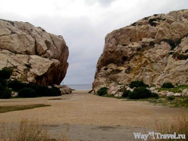 Вход на один из пляжей острова Фриоль (Way to one of the beaches of Frioul Island)