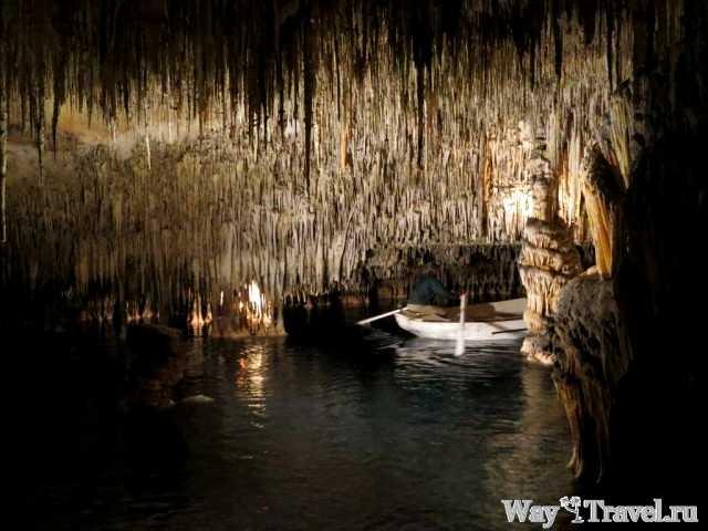 Подземное озеро в пещерах Дракона (Underground lake in Coves del Drac)