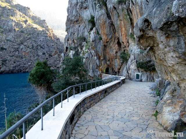 Тунель в горах Са Калобра (Tunnel in rock of Port de sa Calobra)