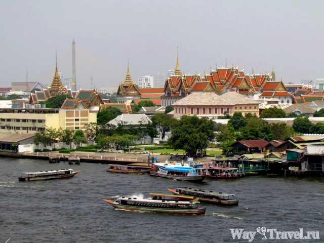 Вид на Королевский дворец с реки Чао Прая (View of The Grand Palace from the river Chao Phraya)