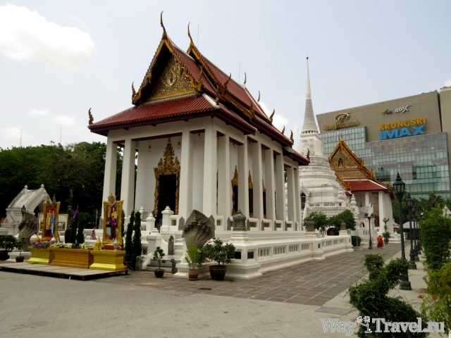Церковь на фоне торгового центра Сиама Парагона (Temple near Siam Paragon shoping center)