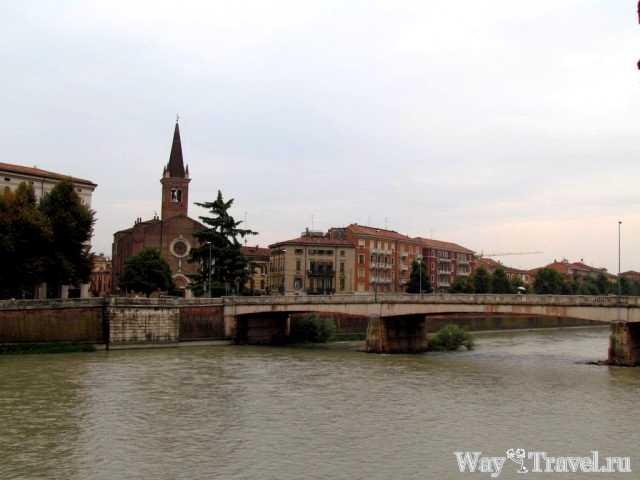 Верона - уютный итальянский город на реке Адидже (Ponte Nuovo via Fiume Adidge)