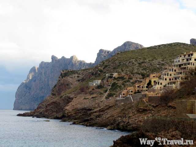Город на побережье Cala se Sant Vicenc