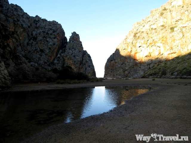Пляж между двумя скалами в Са Калобра (Beach between two rock in Port de sa Calobra)