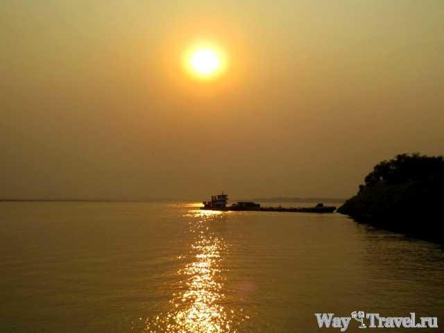 Закат солнца над рекой Иравади (Sunset over the Irrawaddy river)