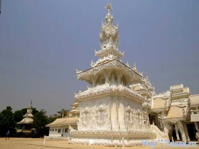 Новые пагоды рядом с Белым храмом (New pagodas near Wat Rong Khun)