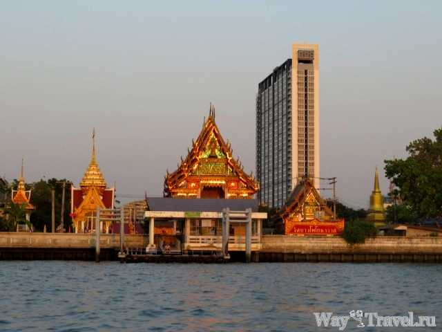 Буддистский храм и небоскреб вдоль реки Чао Прая (Buddhist temple and skyscrapers along the Chao Phraya)