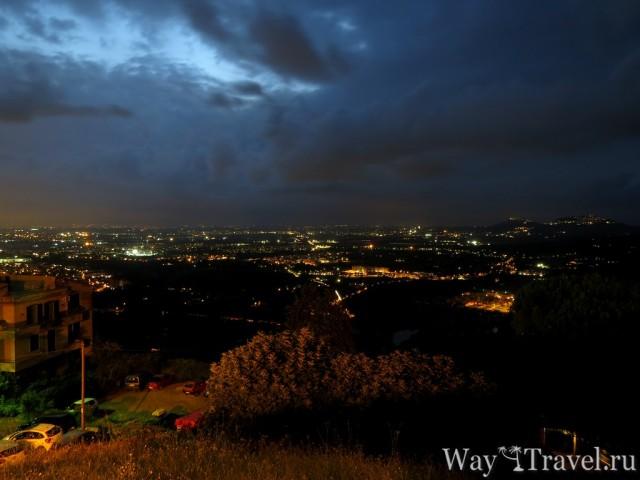 Вид со смотровой площадки на вечерние окрестности Тиволи (View from Piazza Garibaldi)