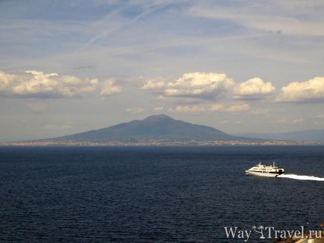 Солнечный отдых в Сорренто. Вид на Везувий (Vesuvio)